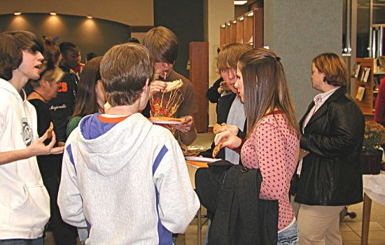 Students eating - generic shot.