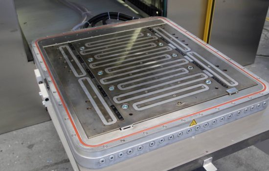 As some work pieces have to be given a Teflon core, the lower magnetic clamping plate (in photo) with the corresponding mould half can be pulled out to the front.