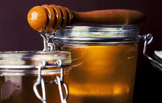 La Miel orgánica está libre de contaminantes químicos y patógenos, desde la selección del lugar hasta su extracción y envasado. Foto libre Pixabay.