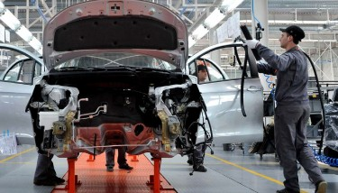 Stock Automotive Industry Worker Factory Line UK manufacturing