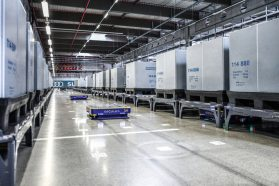 At its headquarters in Ingolstadt, Audi has implemented the goods-to-person principle in series production for the first time in the industry. In the so-called Supermarket 2.0, automated guided vehicles (AGVs) transport containers to a fixed pick station in the correct sequence. At each station, a logistics employee prepares the components required on the production line. This is all made possible thanks to innovative control software developed by Audi experts together with Ingolstadt-based start-up arculus.